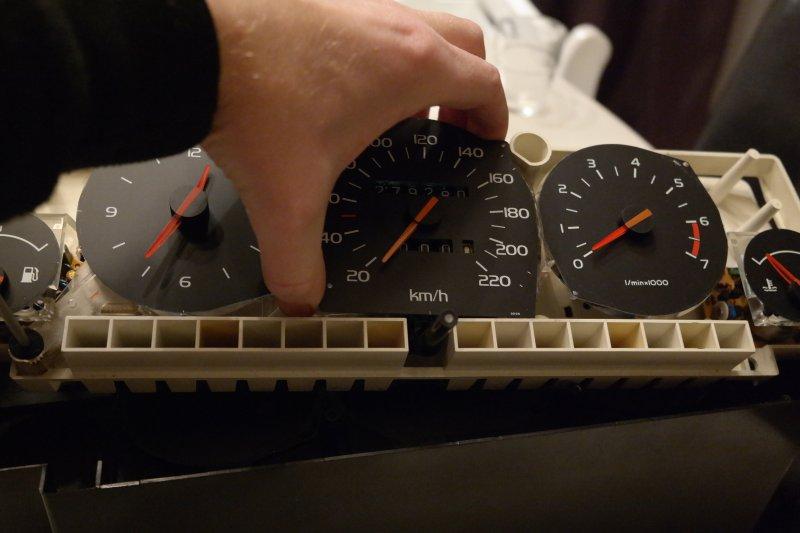 volvosweden.se/images/Volvo_guider_manualer/Guider/Hur%20man%20byter%20varvr%C3%A4knare%20hastighetsm%C3%A4tare%20tankm%C3%A4tare%20klocka%20v%C3%A4rmem%C3%A4tare%20i%20instrumentpanel%20volvo%20740%20940/Replace_speedomete_volvo_740_940/Replace_speedometer_volvo_740_940%20%2815%29.jpg