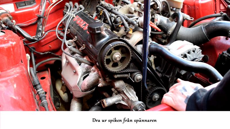 volvosweden.se/images/Volvo_guider_manualer/Guider/Hur_man_byter_kamrem_och_sp%C3%A4nnrulle_Volvo_240_940_740_motor_B230/27%20Ta%20ur%20spiken%20fr%C3%A5n%20kamrems%20sp%C3%A4nnaren.png