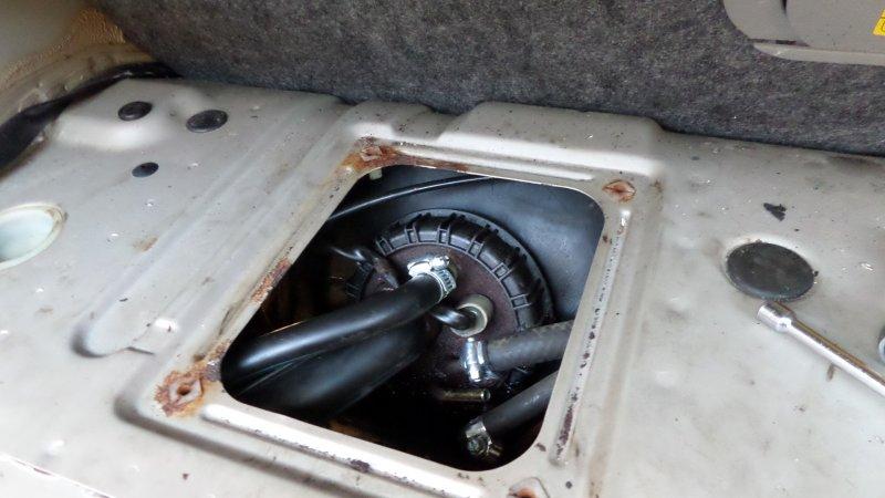 dl.dropboxusercontent.com/u/757034/Guider/Volvo%20740%20Tankarmatur%20och%20trasig%20inre%20bensinpump/bild%2012.JPG
